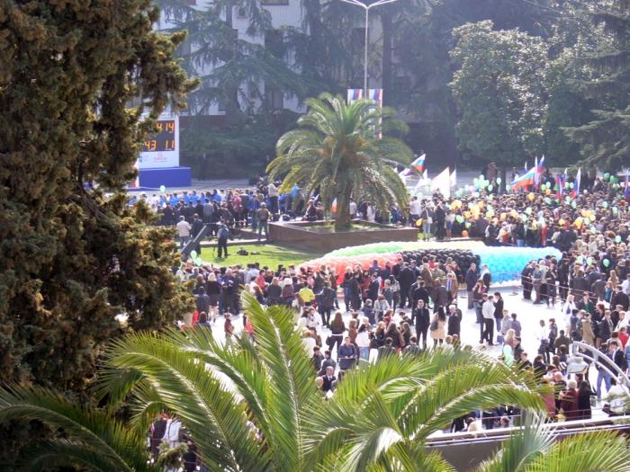 Встреча олимпийских флагов на площади у администрации города Сочи