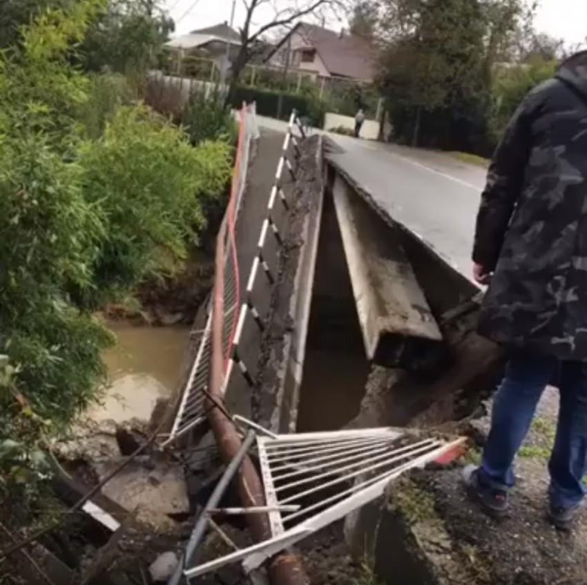 В Сочи рухнул автомобильный мост