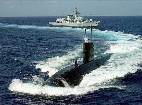 Подводная лодка и фрегат