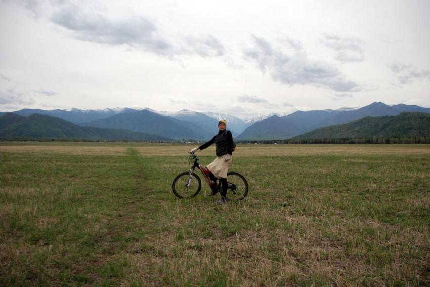 в юбке на велосипеде