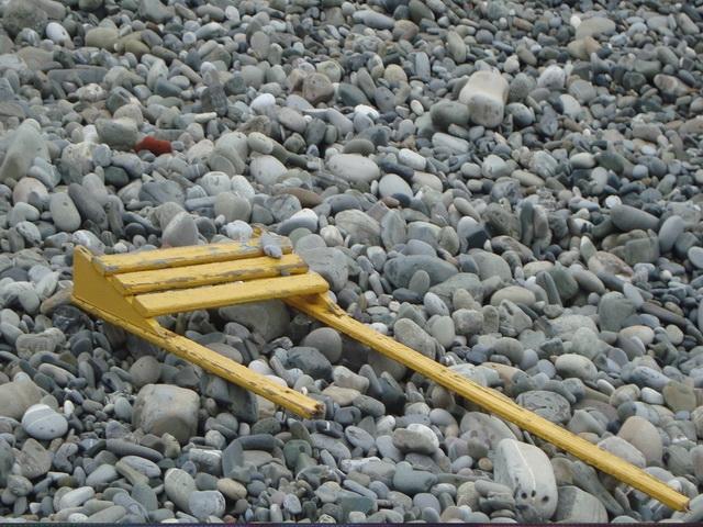 Приморский пляж не такой грязный