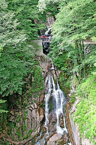 Один из водопадов по дороге на Аибгу