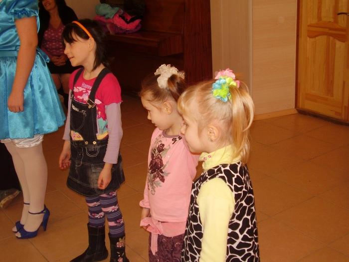 Вязание детских кофточек для девочек спицами от горловины