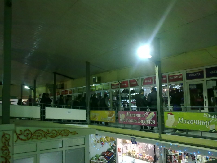 Народ у входа в павильон, где убита продавщица.