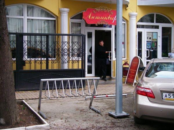 Велопарковка возле кафе Антиквар