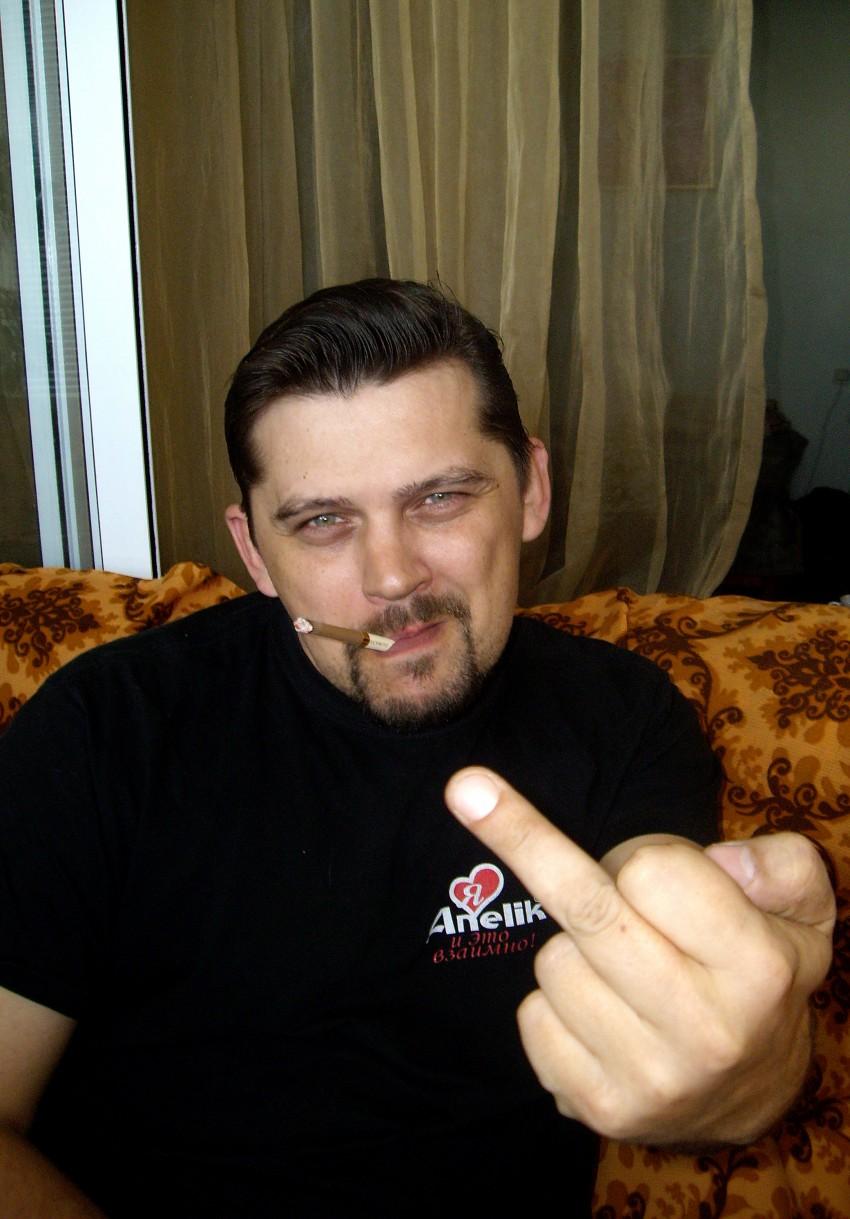 devushki-tseluyutsya-azh-slyuni-brizzhut-a-u-nee-samaya-bolshaya-zhopa-smotret-onlayn