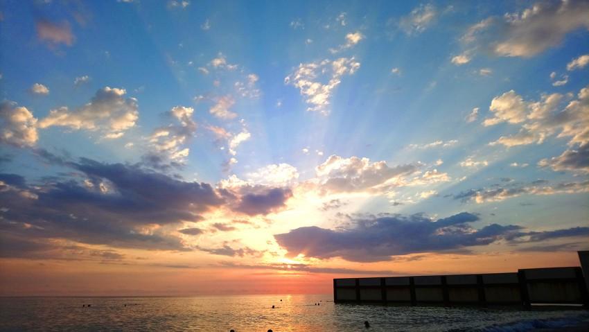 закат на пляже Ривьера Сочи