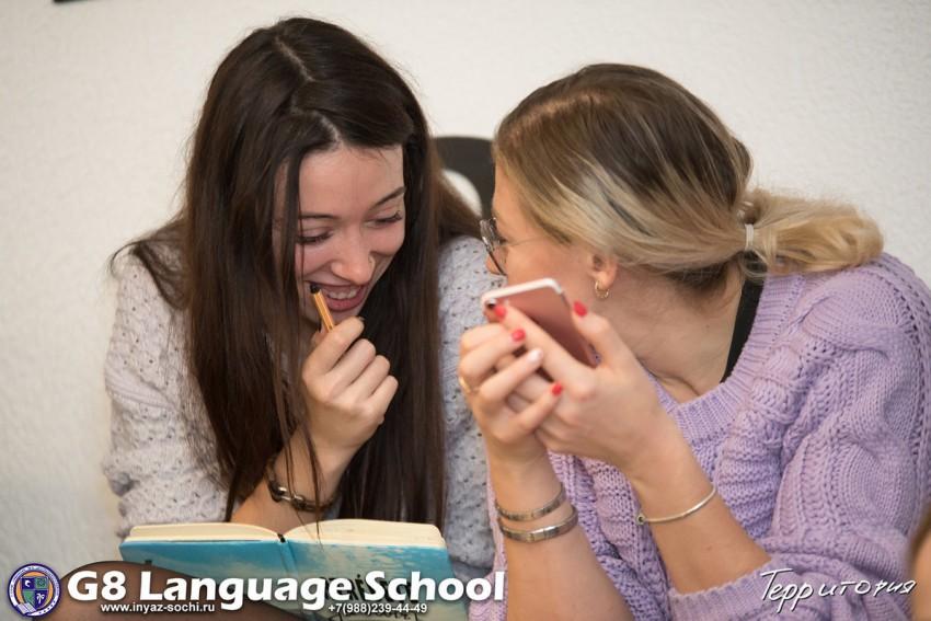 девушки на встрече разговорного английского клуба в Сочи