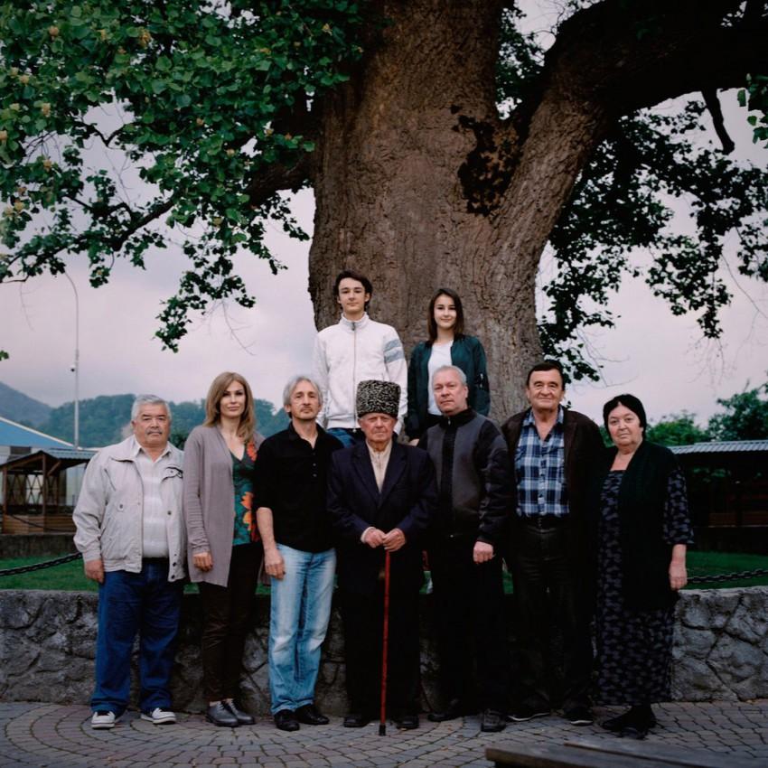 Мухдин Напсо с детьми, внуками и племянниками у лириодендрона (тюльпанового дерева) в Головинке