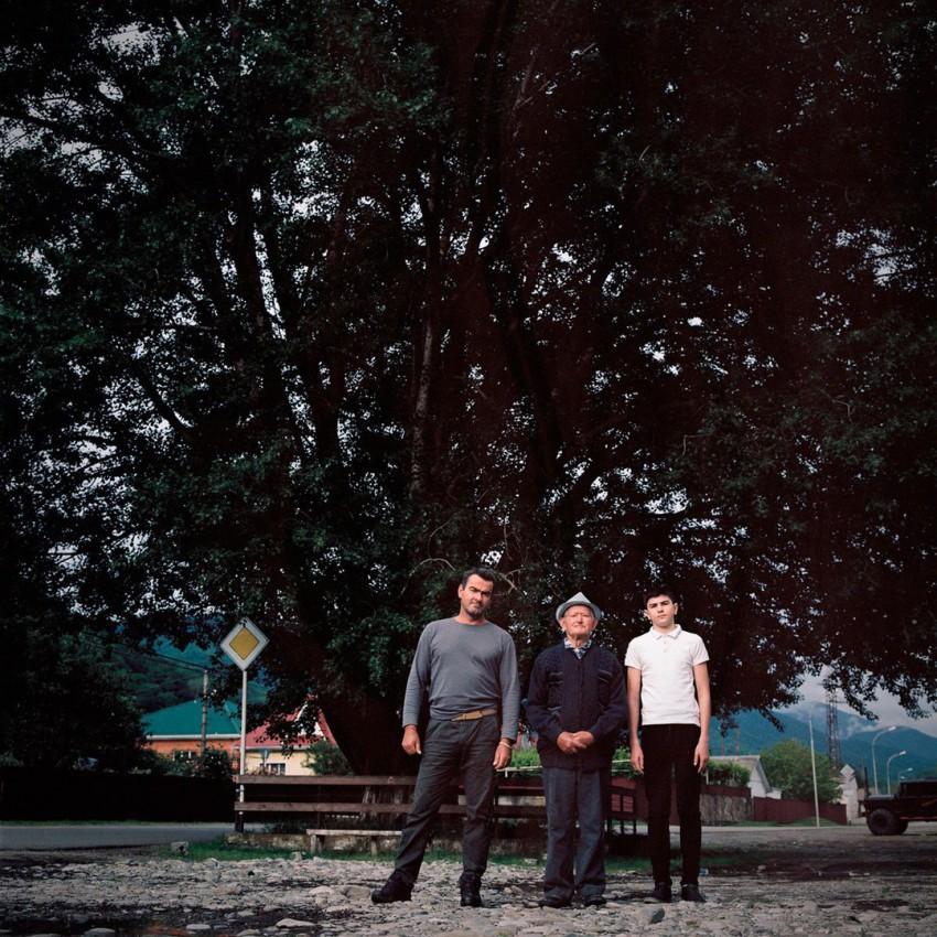 Касполет Хушт с сыном Мадином и внуком у тополя-белолистки в ауле Большой Кичмай.