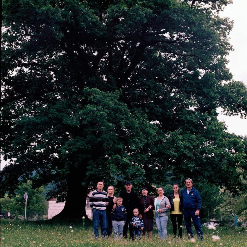 Мамед Мусович Мафагел с супругой, детьми и внуками у дуба в ауле Агуй-Шапсуг.