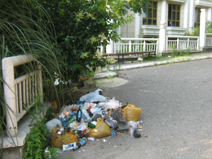 Свалка мусора за круглым зданием у ж.д. вокзала