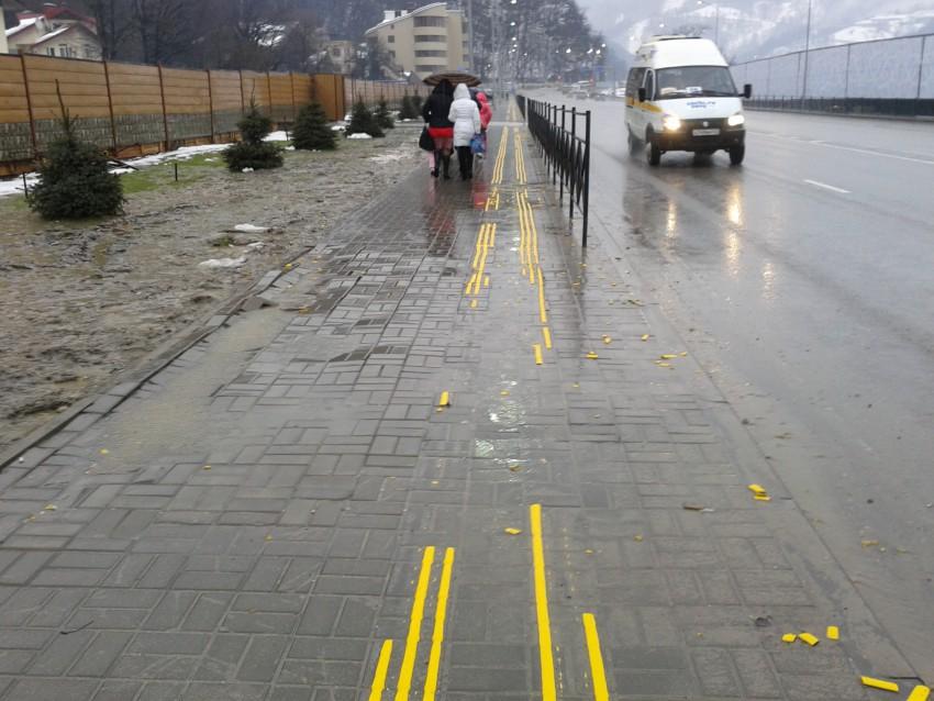 Тротуар с тактильными полосами. Эсто-Садок