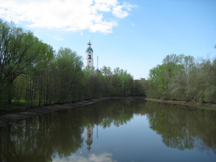 Вид на колоколню Мужского монастыря Саровской пустыни и река Саровка