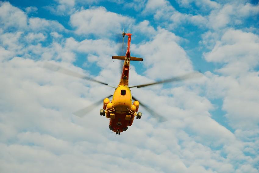 вертолет легкий с поплавками
