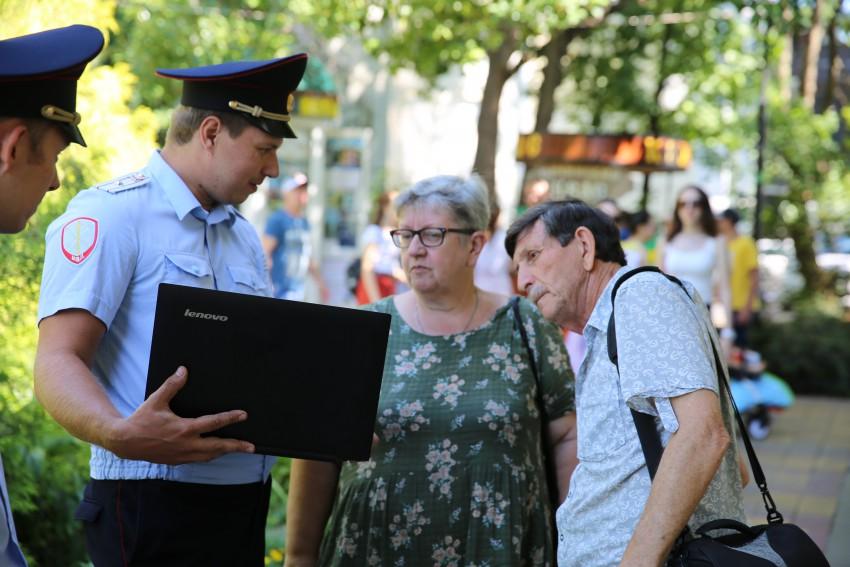 Сочинские полицейские провели мастер-класс по предоставлению Госуслуг населению в электронном виде