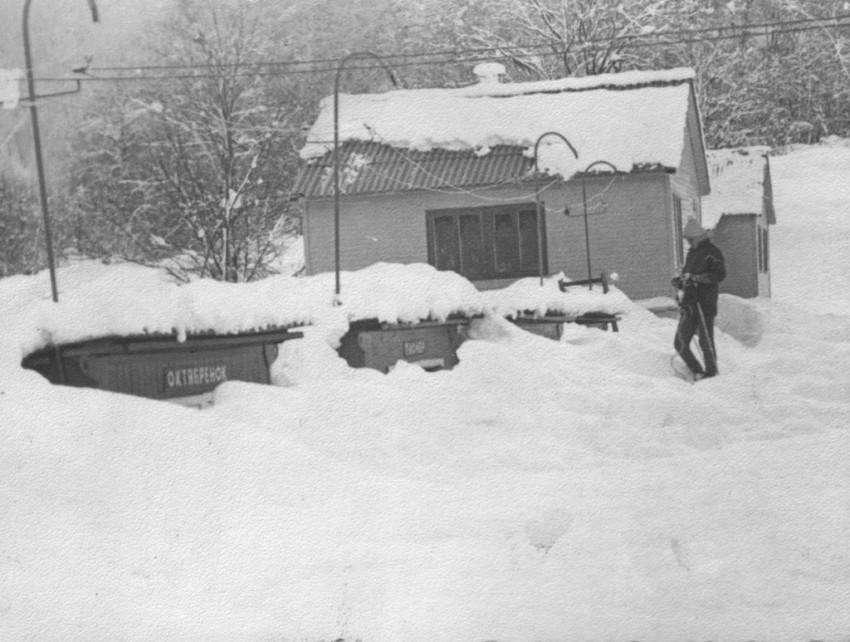 Раздевалки засыпаны снегом. 1976 г.