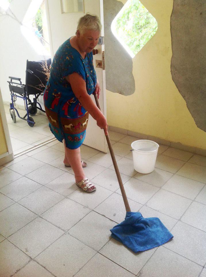 фото пожилой уборщицы