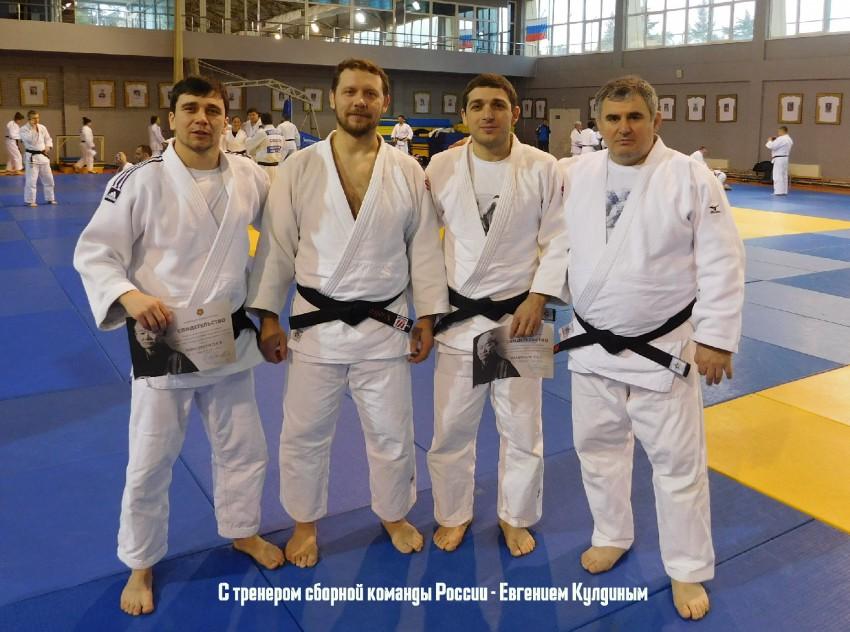 Воторой слева - тренер сборной России Евгений Кулдин