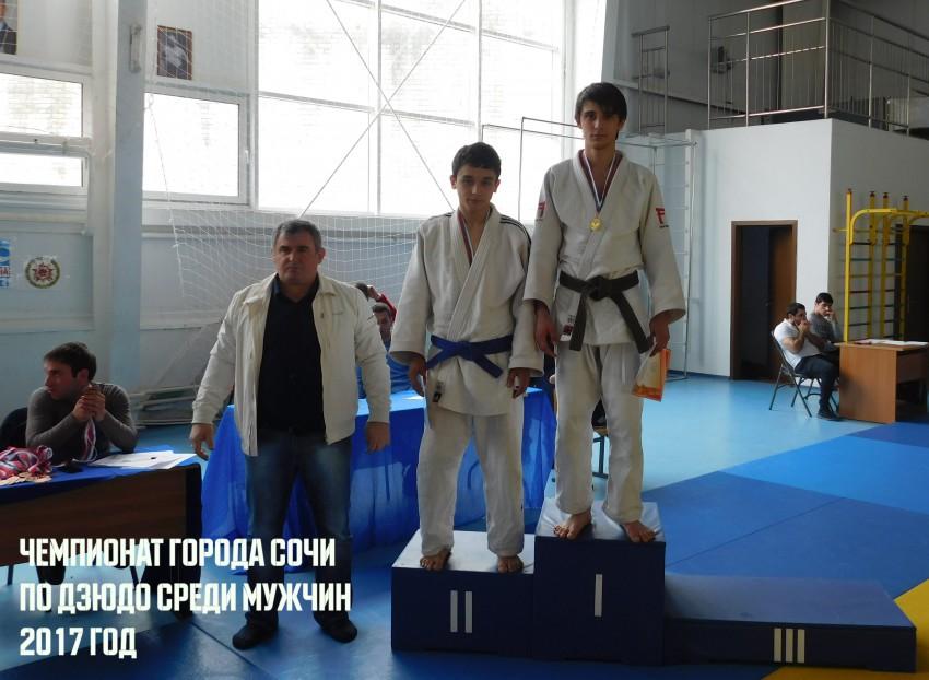 Награждает ЗТР Келешян Эдуард Левонович