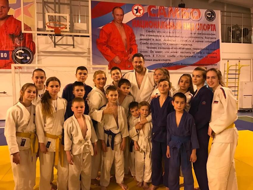 Тренер СШОР №7 Юлия Верхотурова со своими воспитанниками и Александр Михайлин