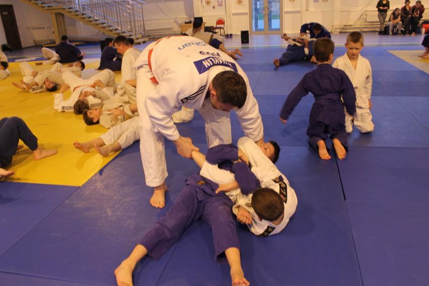 Александр Михайлин исправляет технику юных спортсменов
