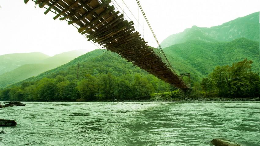 Деревянный мост по дороге на Рицу
