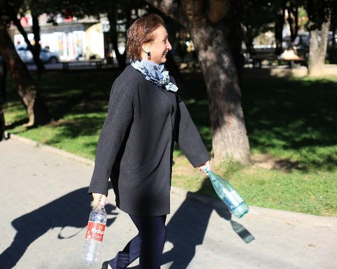 женщина идет сдавать пластик
