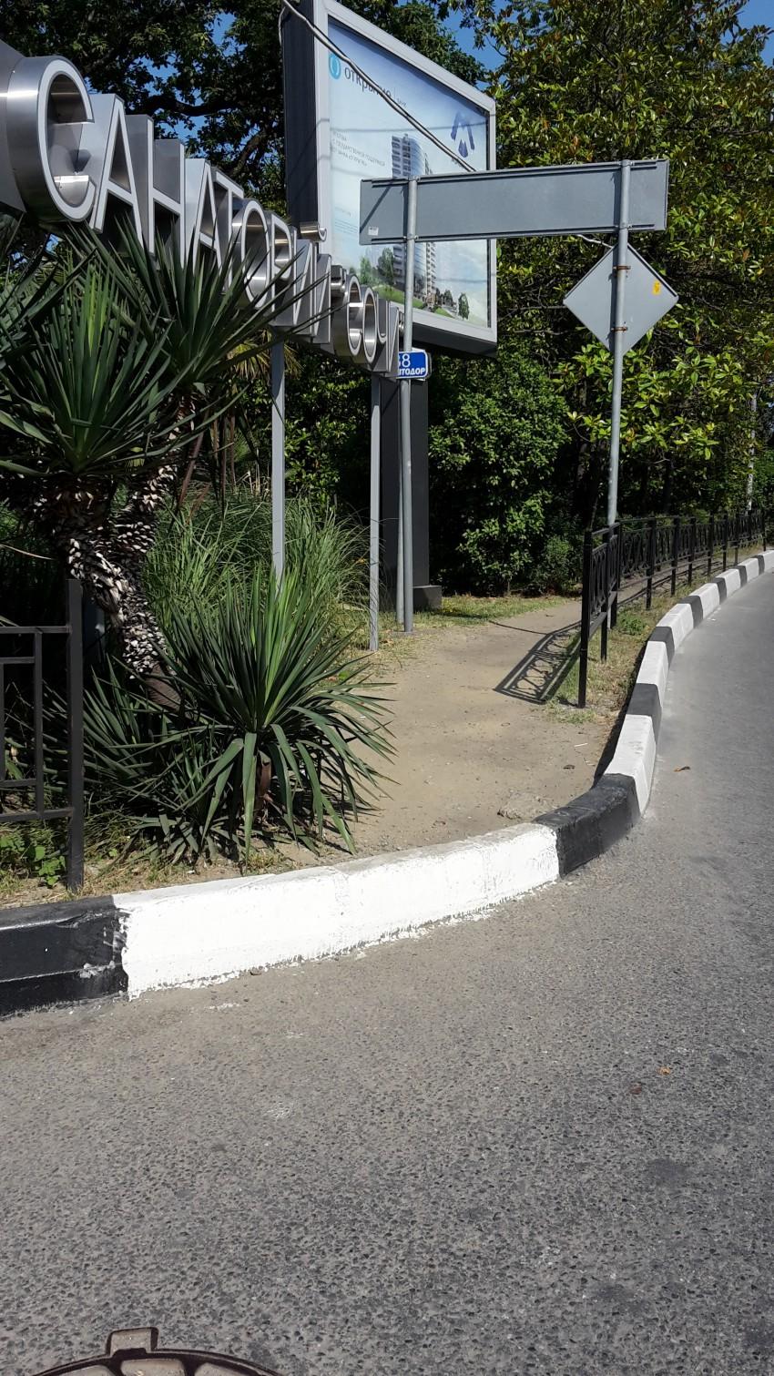 Чуть дальше по дороге тоже интересно, тротуара нет, просто земля с песком. В дождь ходить там невозможно, но и по проезжей части тоже нельзя разгуливать...