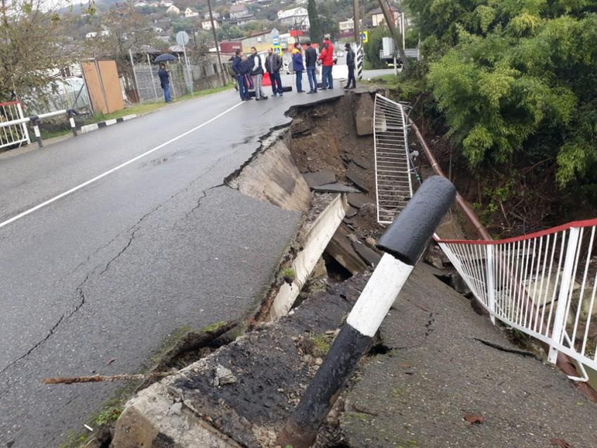 Обрушился мост из-за сильных дождей в Сочи