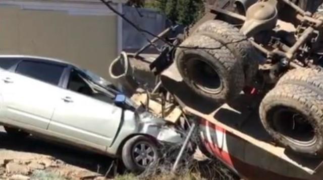«КАМАЗ» полный бетона снес две легковушки и зацепил жилой дом