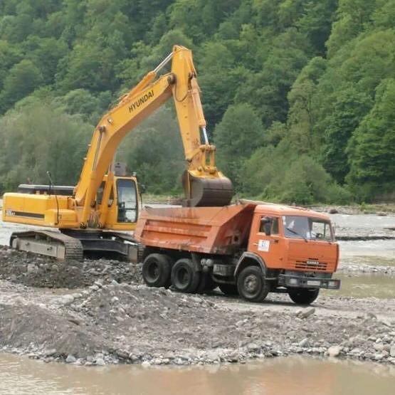 В Сочи КАМАЗами вывозят грунт из реки Мзымта