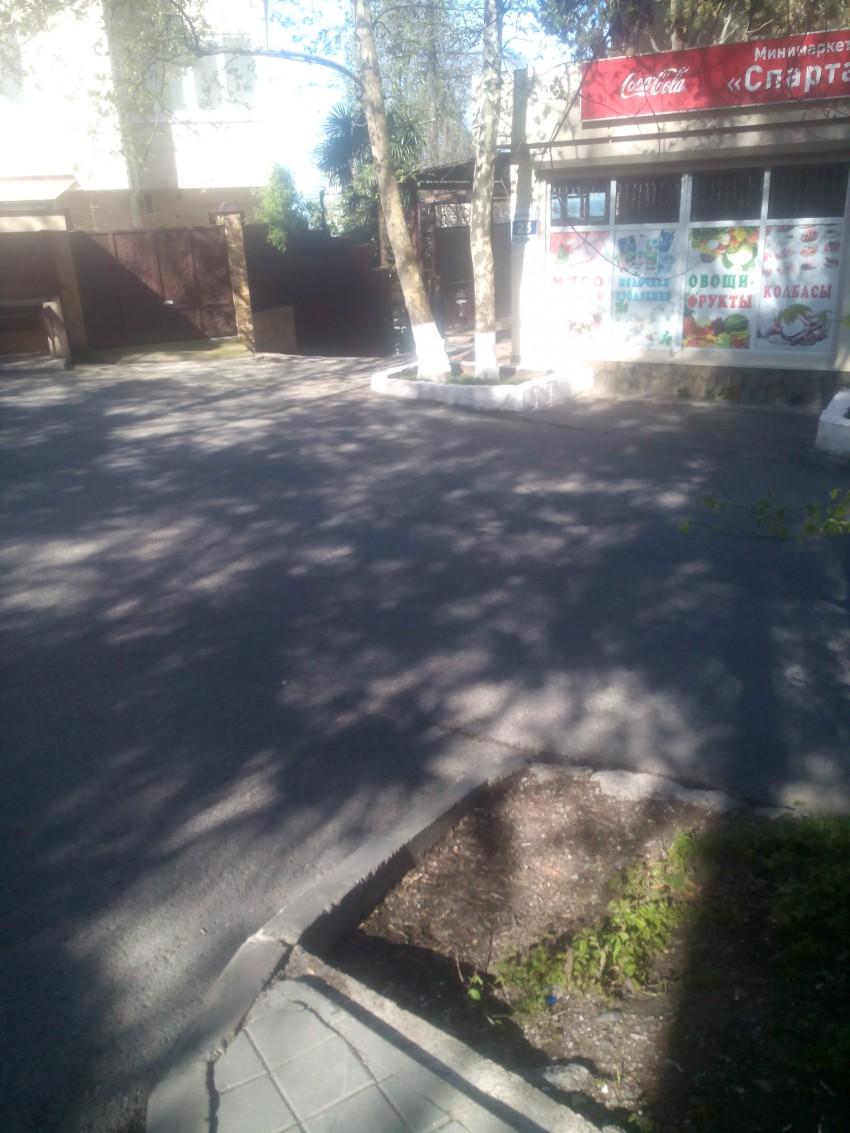 Нет зебры и знака для пешеходного перехода. А ведь здесь ходят школьники и родители с детсадовцами