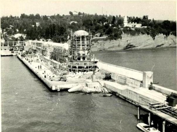 На снимке строительство галереи на южном молу, 1950 год
