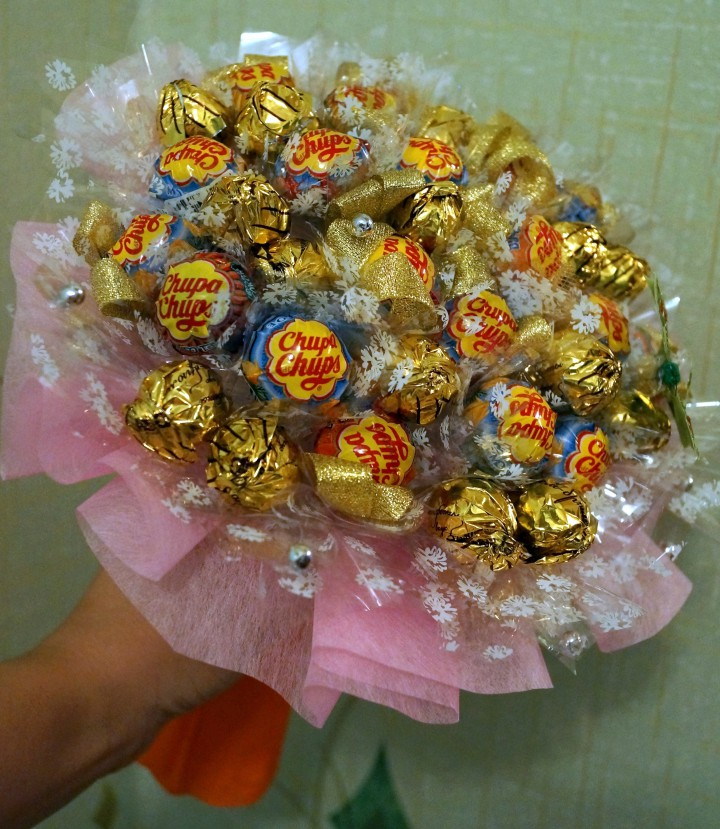Простой подарок из конфет своими руками для женщин 75